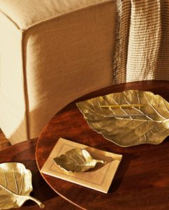 Plateau métallique en forme de feuille Zara